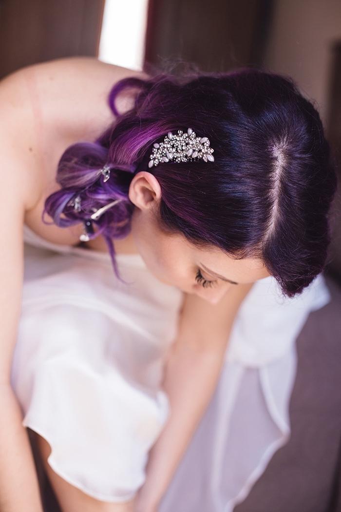 brautfrisur mit lila haare und schönem haarschmuck.eine braut mit lila haarspitzen