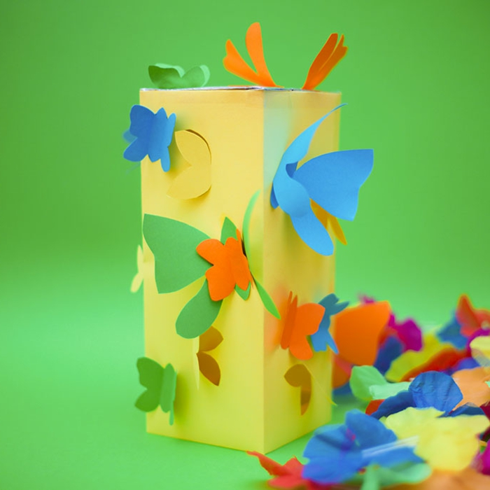 gelbe Laterne basteln, bunte Schmetterlinge, blaue und grüne und orange Schmetterlinge