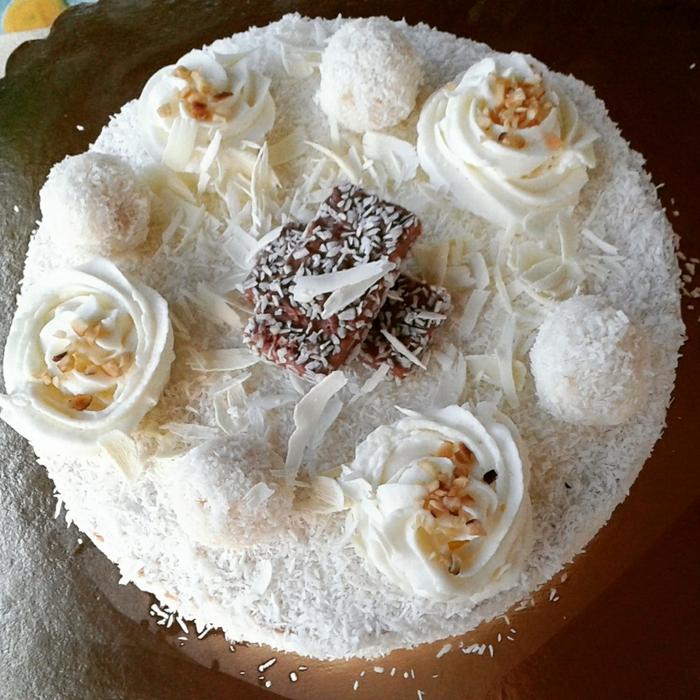Raffaello Rezept, große und kleine Kokosraspeln, Schokoladenpralinen in der Mitte