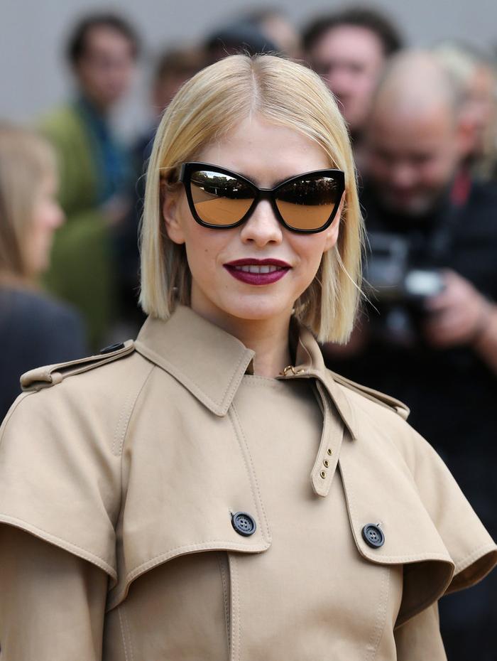 kurze bobfrisuren, eleganter look für damen mit blonden haaren, kurze haare platinum farbe, katzenaugen form sonnenbrille lila lippenstift