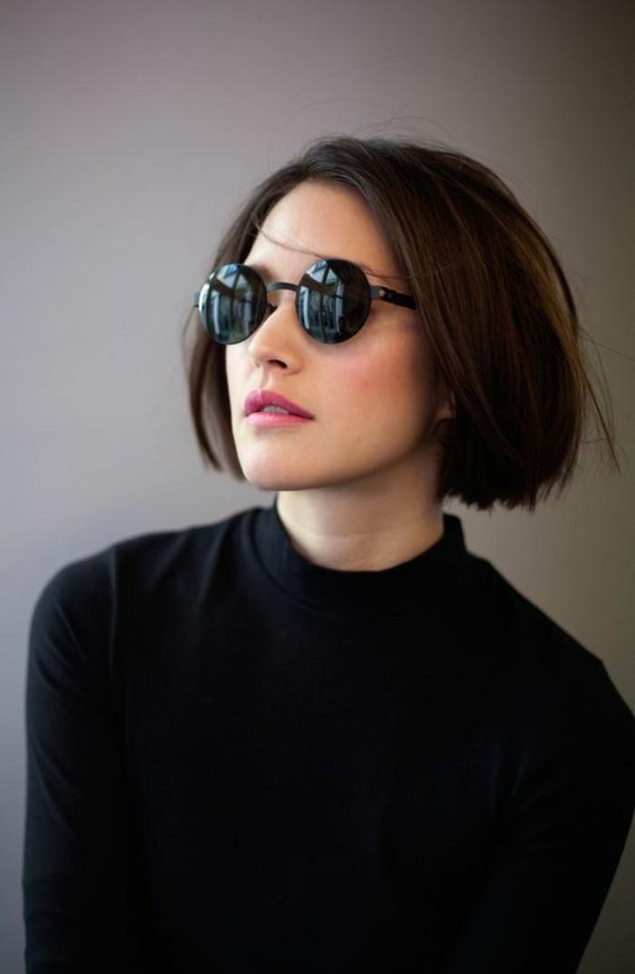 frisuren kinnlang schwarze haare mit schwarzen brillen und ähnliches outfit