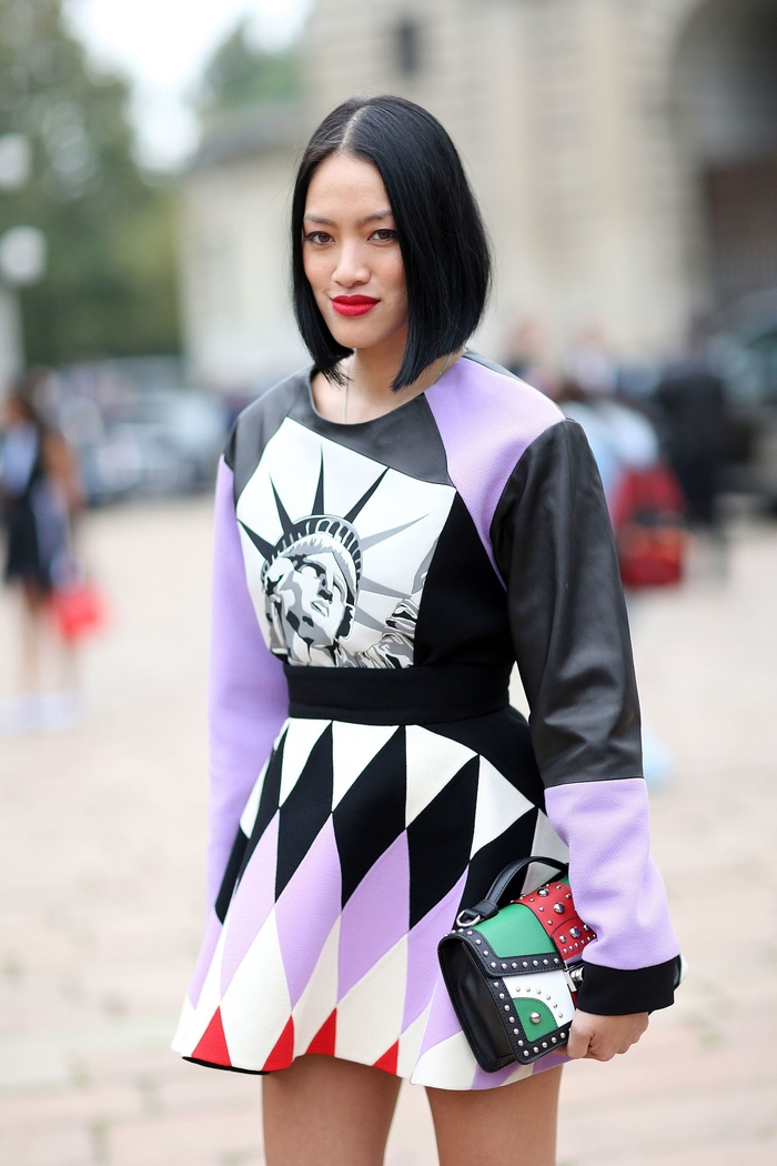 frisuren kinnlang bei damen mit schwarzen haaren, rote lippen, cooles designer outfit in der stadt