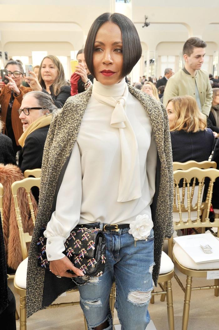 kreative ideen für frisuren damen, weißes hemd, jeans, cooles cardigan, clutch, deisgner mode stil outfit make up frisur