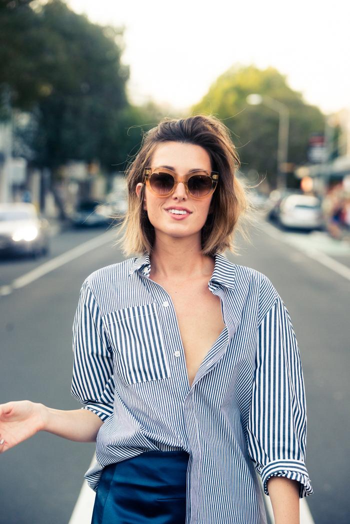 kurze bobfrisuren trendy ideen mit farbe und haarschnitt, ein übermäßig großes hemd, blaue hosen, kariertes hemd