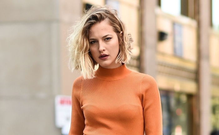 frisuren kurzer bob, orange polo bluse lockige kurze haare, drama look lippenstift