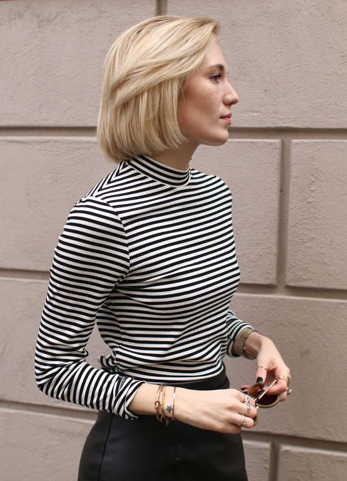 blonder bob gestufte haare, gestreifte bluse, schwarz weißes outfit ideen