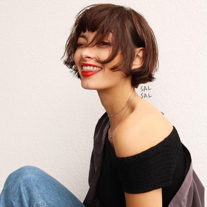 bob frisuren kurz selber stylen, wilde frisur, bubikopf style, roter lippenstift, lässiger look