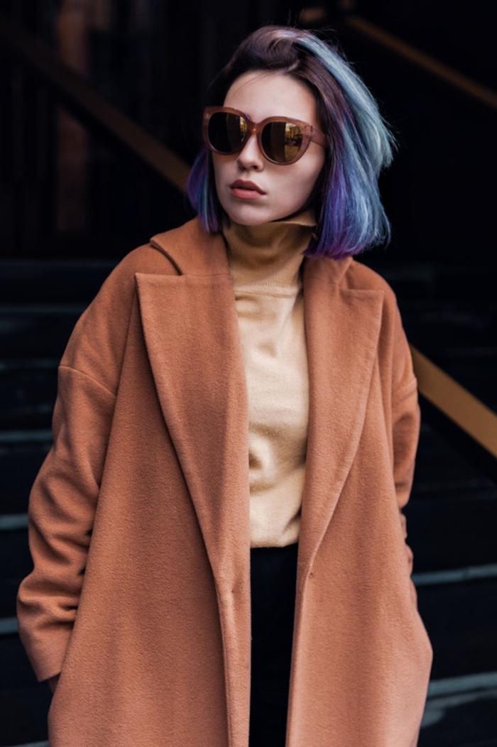 bob für feines haar, lila haare mit blauen strähnen, großer brauner mantel