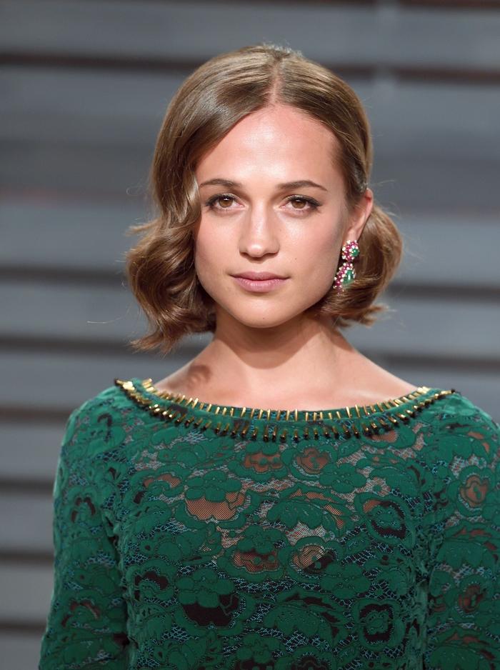 bob für feines haar ist eine gute idee, elegant, weiblich und schön, retro frisur mit asymetrischem bob, grünes offizielles kleid