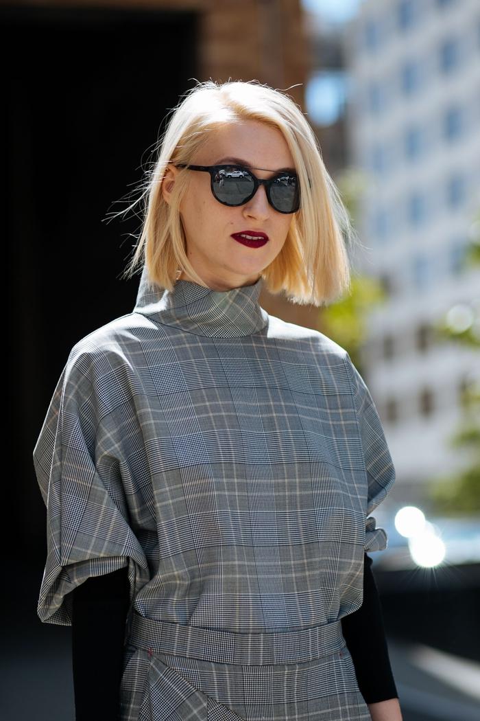 bob für feines haar, blonde haare kontrast zu den dunkelroten lippen und schwarze brille