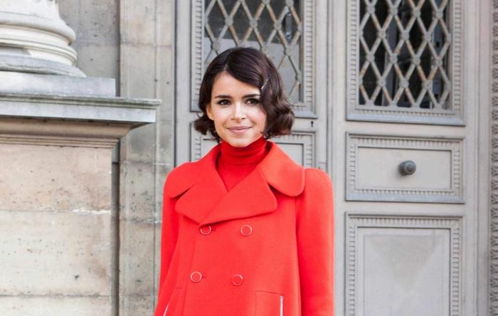 frisuren bob ideen und bildergalerie mit stylings, schwarze retro locken mit rotem mantel und outfit, winter outfit