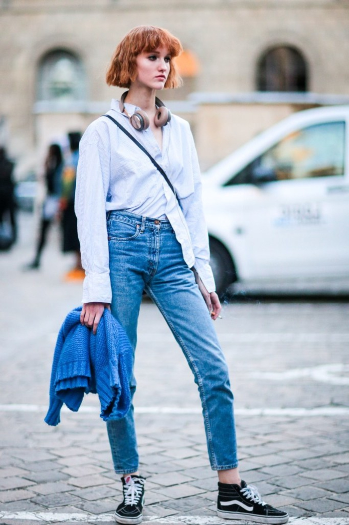 frisuren bob kurz, orange oder rote haare honigfarbe, jeans, weißes hemd, große kopfhörer