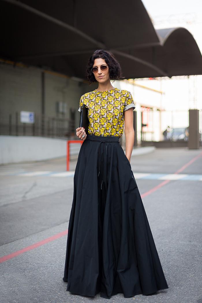 frisuren bob kurz und lockig, eine elegante frau mit schönem outfit, schwarzer rock lang, bunte bluse, brille
