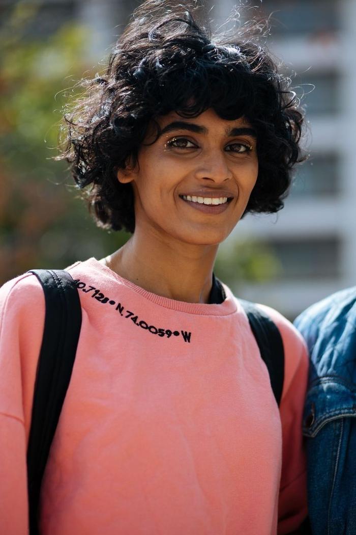 frisuren bob kurz für lockige haare, rosarotes sweatshirt, aufschrift, große natürliche locken