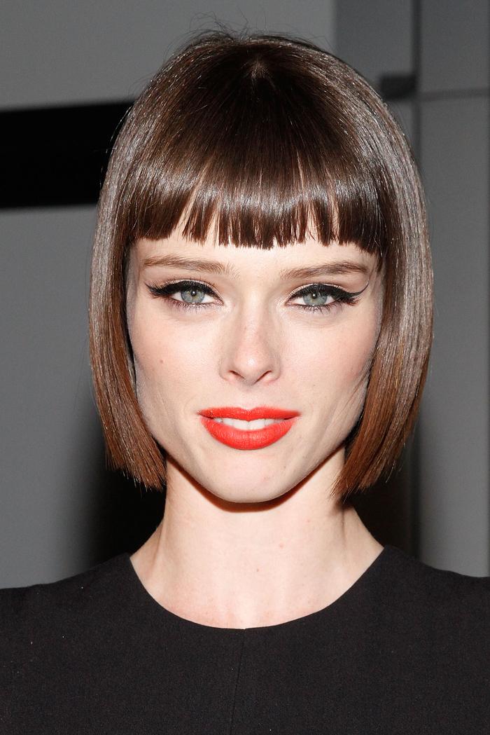 bob mit pony, pagenschnitt idee für feines haar in natürlicher farbe, rote lippen