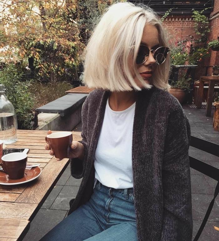 pagenschnitt mit platinum blonden haaren, lässiger look, weekend vibes im herbst