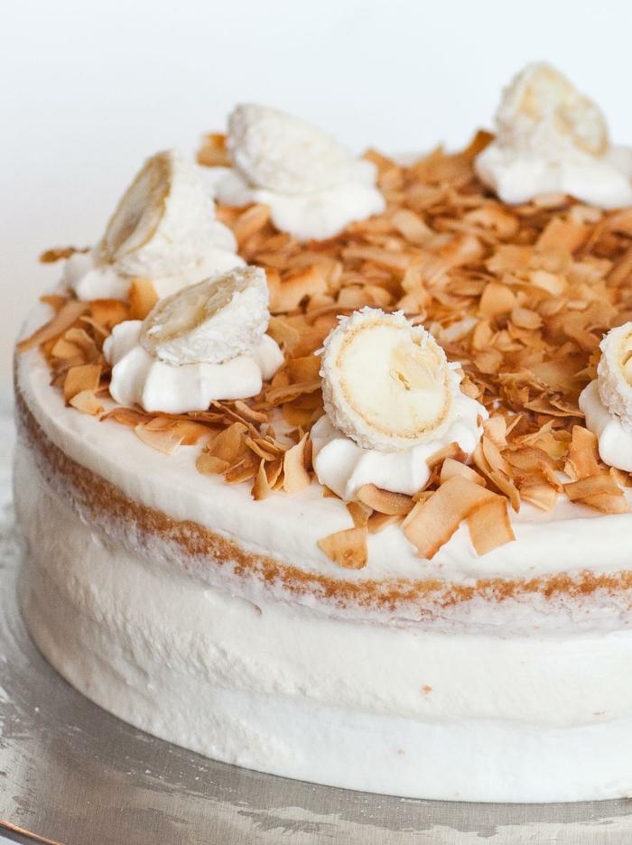 eine weiße und braune Torte mit halben Raffaello Pralinen, Raffaello Rezept für Torte