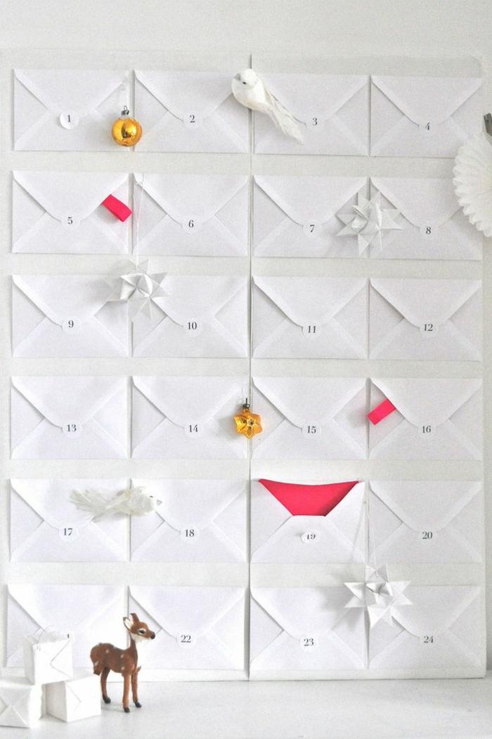 schnelle und einfache Adventskalender Ideen, kleine weiße Briefumschläge mit rosa Inneren