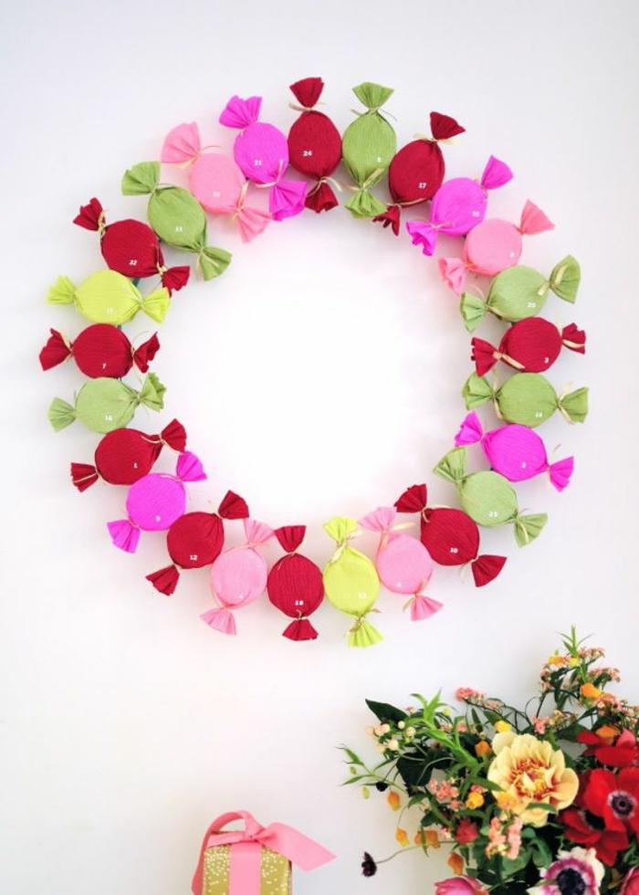 interessante Adventskalender Ideen, Kranz aus bunten Bonbons mit winzigen Nummern, ein Blumenstrauß