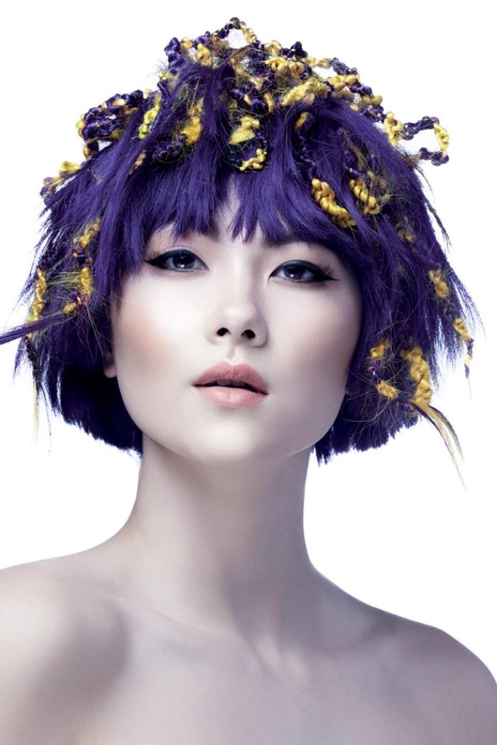 kreative gestaltung, haarfarbe violett kurzer schnitt mit goldener verzierung, model