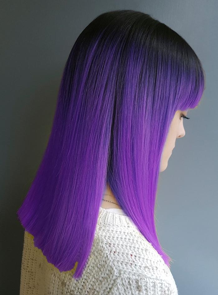 blaue haare mit lila nuancen, gerader schnitt ein foto vom hinten, glattes haar, pony