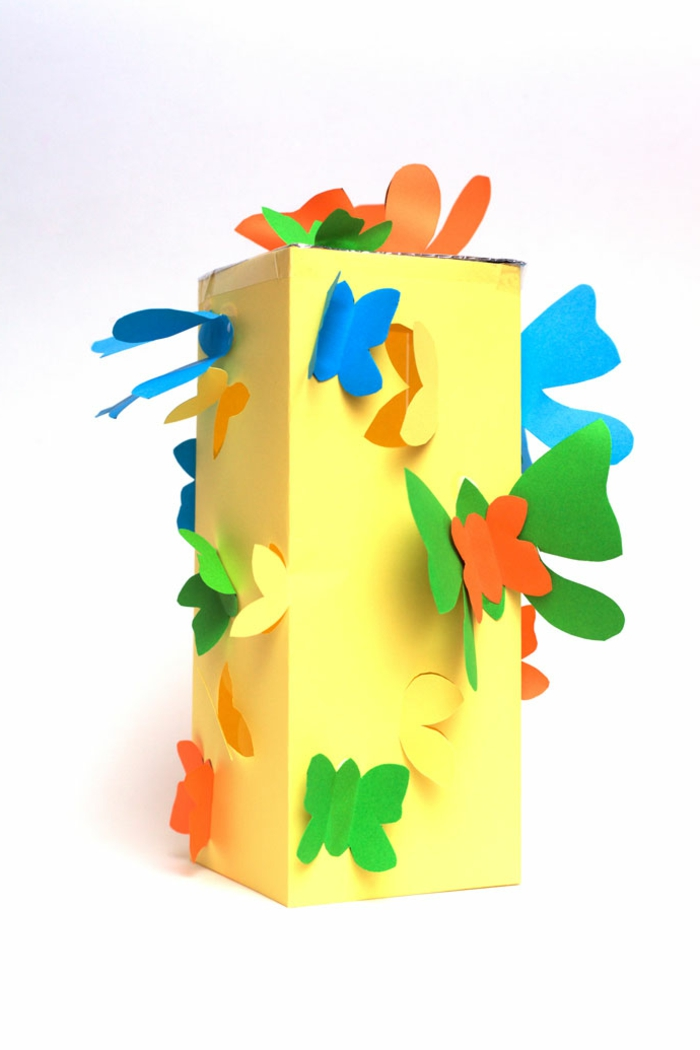 gelbe Laterne basteln, blaue, grüne, orange und gelbe Schmetterlinge als Verzierung