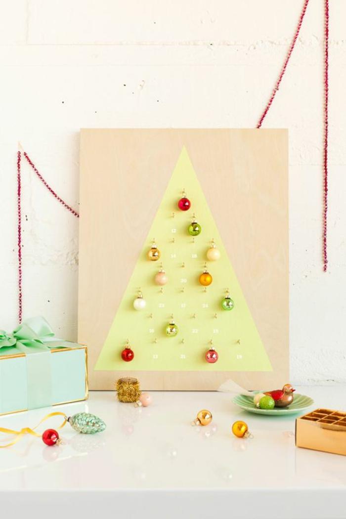 ein bemalter Tannenbaum, mit Kugeln für jeden Tag vor Weihnachten, Adventskalender Ideen