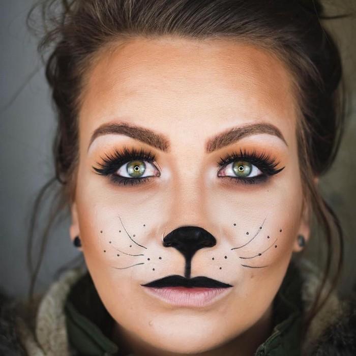ideen und halloween schminktipps für frauen, schwarze nase, mustache, lange wimpern, katzenmiene schminken