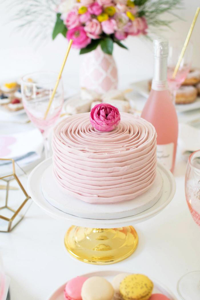 deko für torten, rosa buttercreme, blume, party ideen, tortengestell in weiß und gelb, macarons
