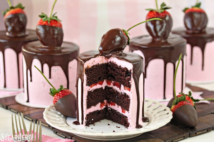 deko für torten, rosa sahne, schokoalden ganache, große erdbeeren, tortendeko anelitung