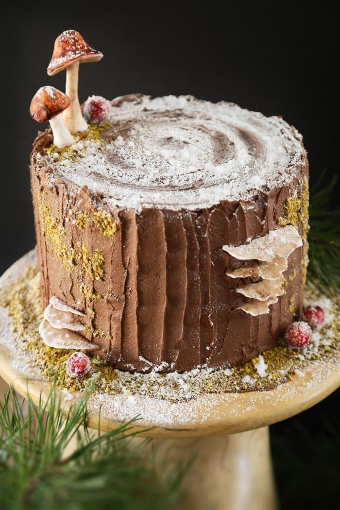 deko für torten, buttercreme mit schokolade, pilzen aus fondant, tortengestell aus holz, braum