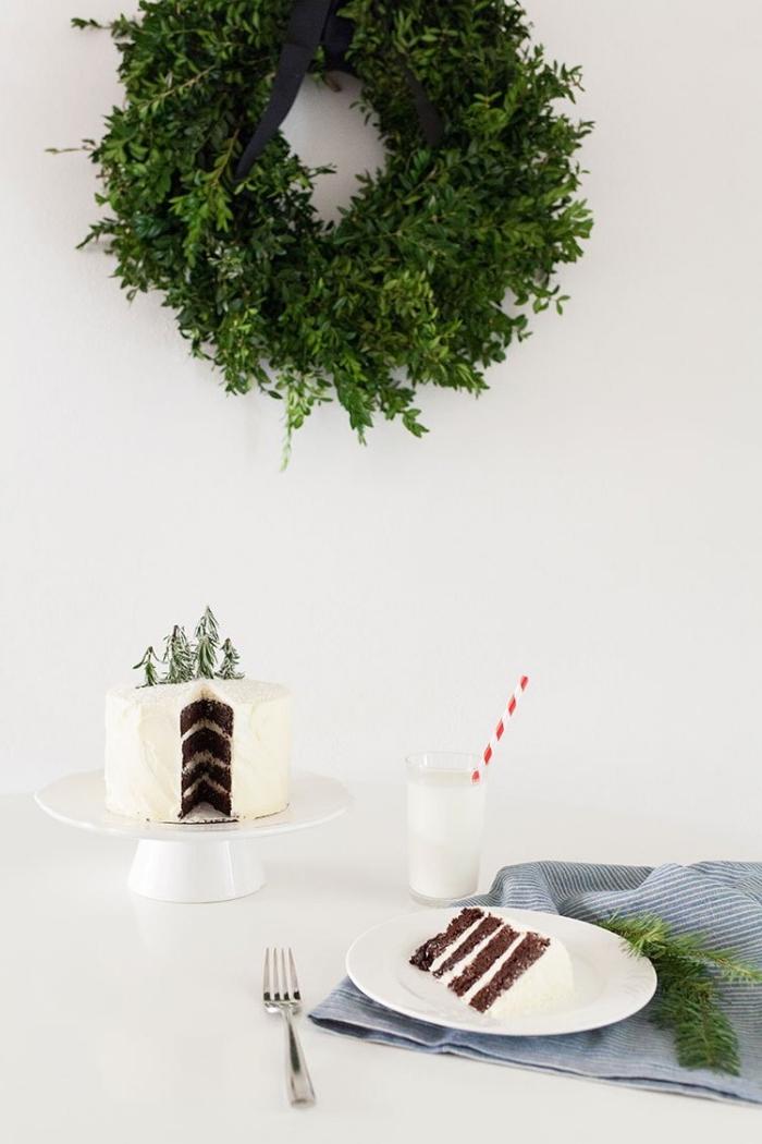 deko für torten, großer weihanchtskranz, nachtisch zum weihanchten, kleine tannenbäume, glas milch