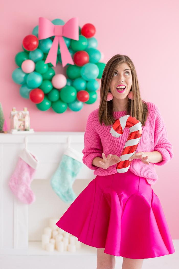Aufblasbare Zuckerstange und Weihnachtskranz aus kleinen Ballons mit rosa Schleife