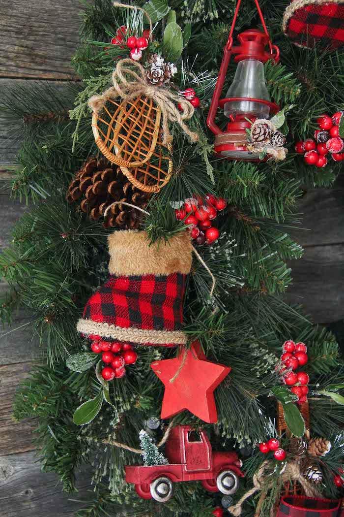 Großer Weihnachtskranz aus Tannenzweigen, mit kleinen Figuren, Weihnachtsdeko für die Außentür
