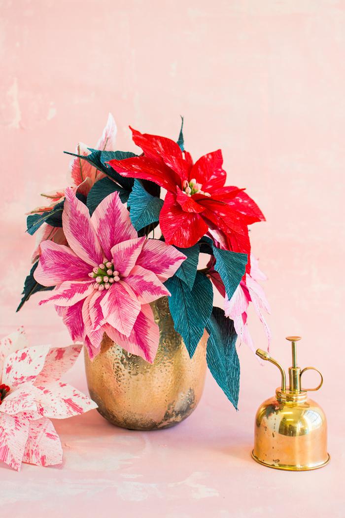 Weihnachtssterne aus Papier selber basteln, Blumenstrauß in goldener Vase