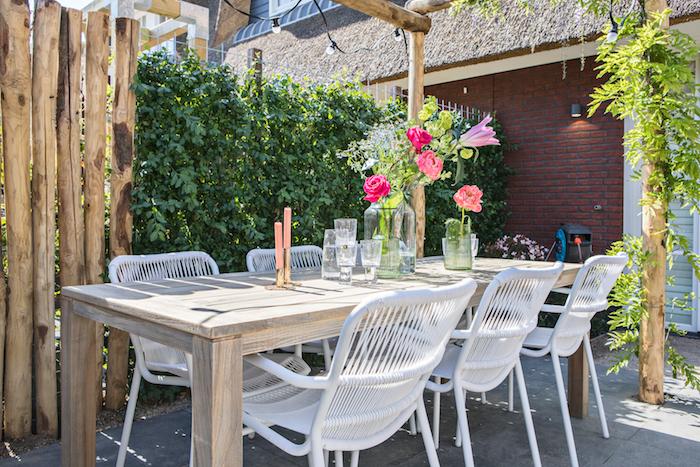 Am Gartentisch ein leckeres Frühstück genießen und die Sonnenstrahlen genießen