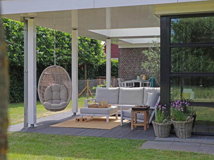 Höchsten Komfort im eigenen Garten genießen, bequeme Möbel und gepflegter Rasen