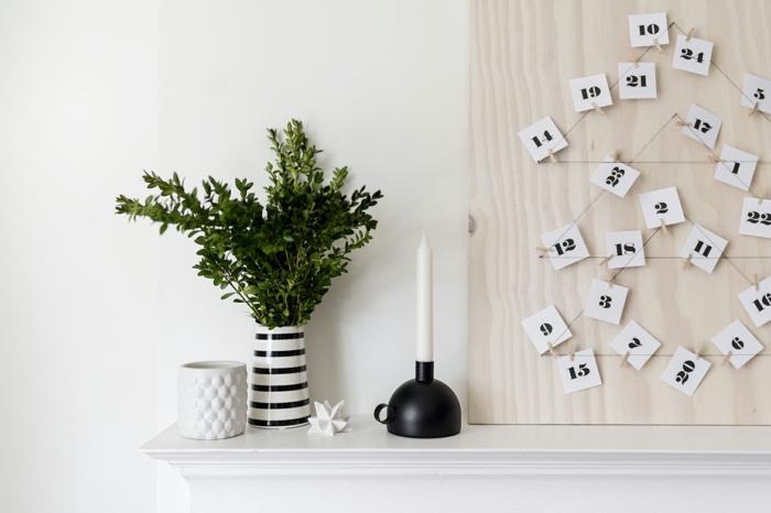 Drahte in der Form von Tannenbaum, kleine Karten davon gehängt, Adventskalender Ideen