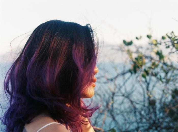 blau lila haare, haarschnitt, natürliche züge der frisur, natürliche farbe pflaume