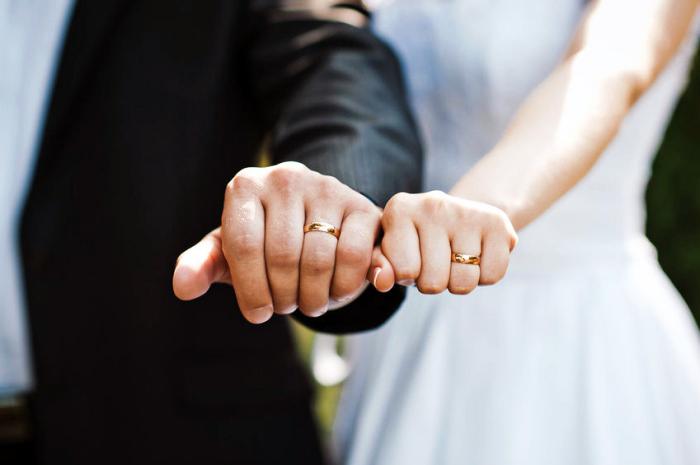 die richtige eheringe auswählen, braut und bräutigam, goldene trautinge, hochzeit
