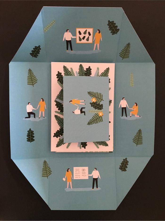 einen Briefumschlaf in blauer Farbe, kleine Figuren von Menschen, die Liebesgeschichte erzählen, Einladungskarten selber basteln