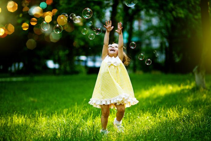 kleine bunte seifenblasen und ein kind