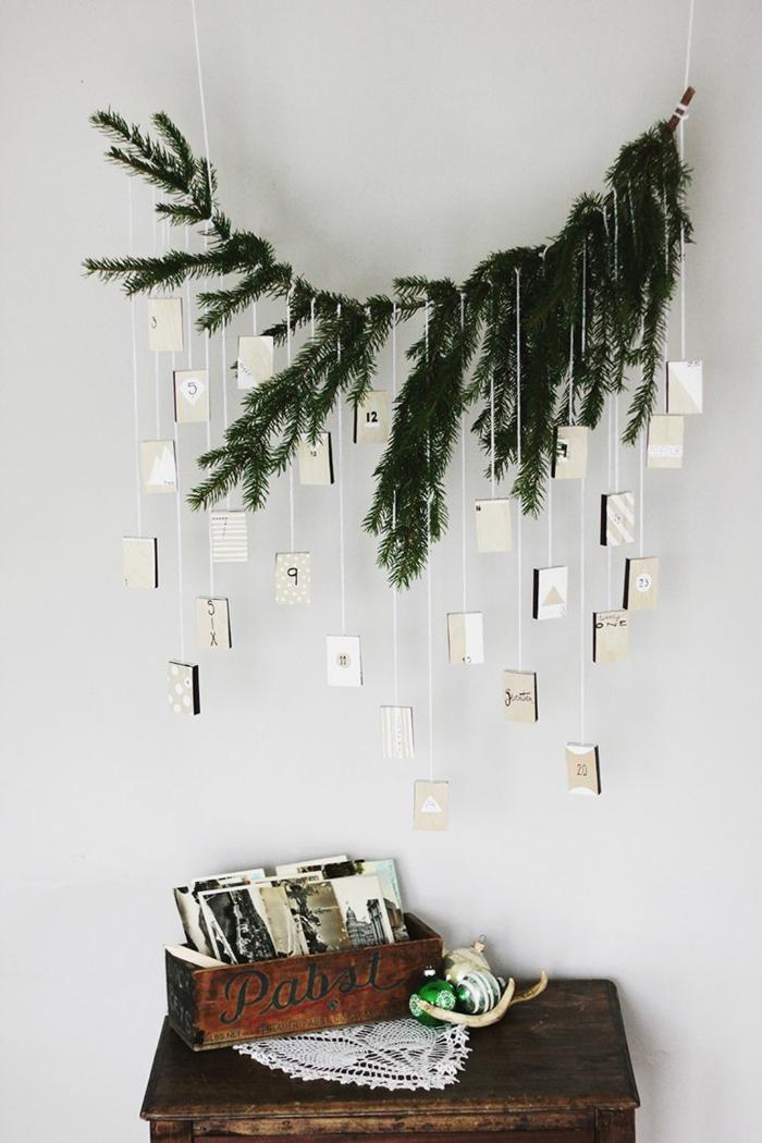 ein Zweig von Tannenbaum, hängende Zettelchen mit Nummer, Kärtchen zu Weihnachten, Adventskalender Ideen