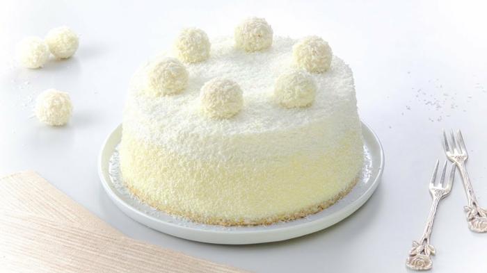 eine gelbe und weiße Torte mit Kokos Raspeln, Raffaello Rezept für eine kleine Torte