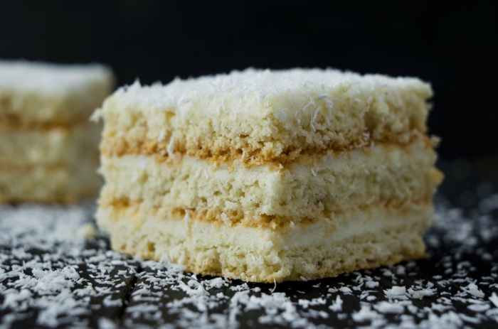 drei Böden mit weißer Creme dazwischen, Torte selber machen und mit Kokosraspeln bestreuen