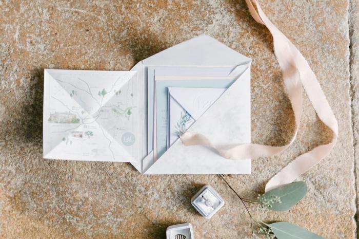 Einladungskarten selber basteln, eine Landkarte des Hochzeitsortes in die Einladung stecken