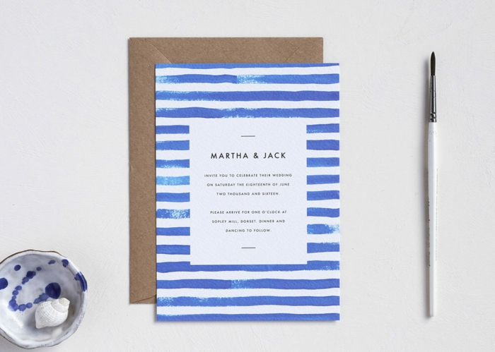 eine matirime Einladungskarte drucken, weiße und blaue Streifen und eine Pinsel, Muscheln