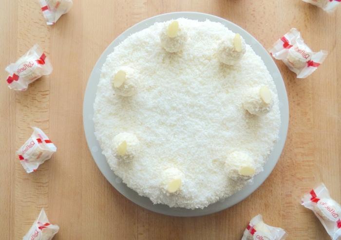 Torte selber machen mit Kokosraspeln und Makadamia Nüssen, mit Pralinen umgeben