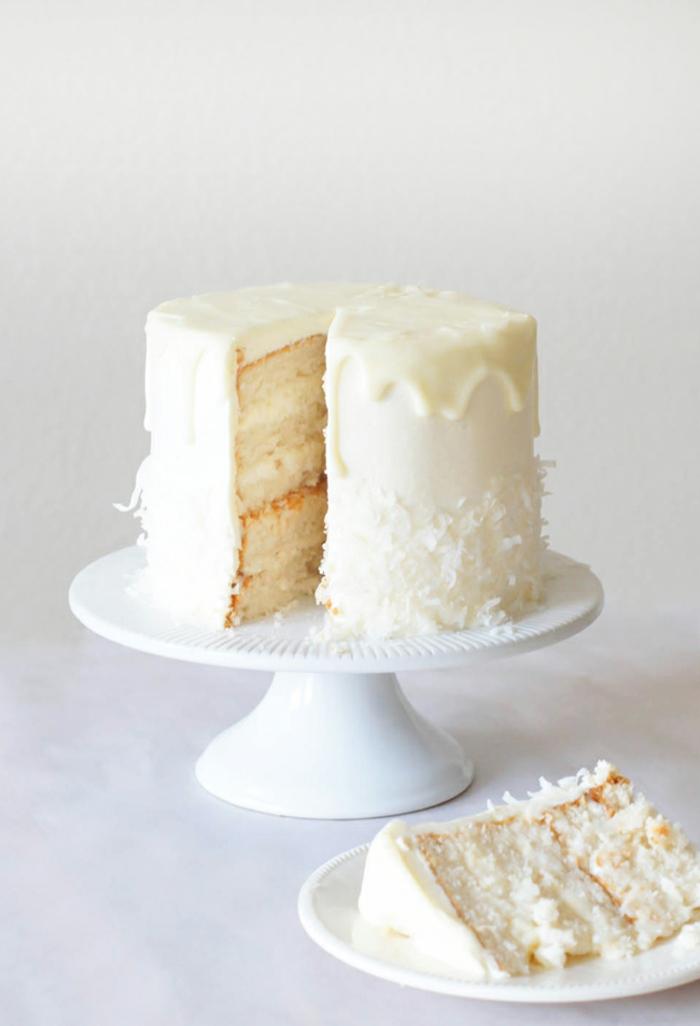 Raffaello Torte mit weißer Schokolade als Glasur, voller Kokosraspeln, Zitronenböden