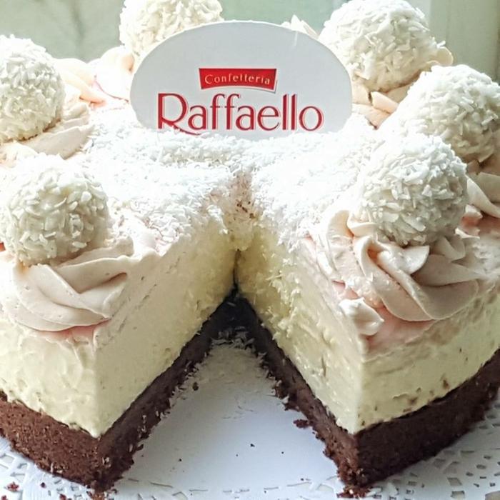 eine Raffaello Torte ohne Backen, mit rosa Glasur, weiße Creme und Schokoladenboden